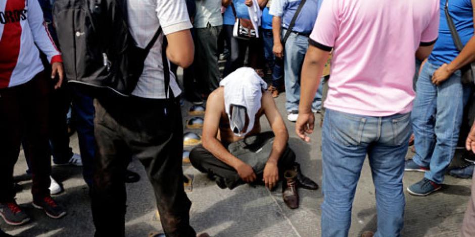 CNTE retiene a presunto policía durante protestas en Chiapas