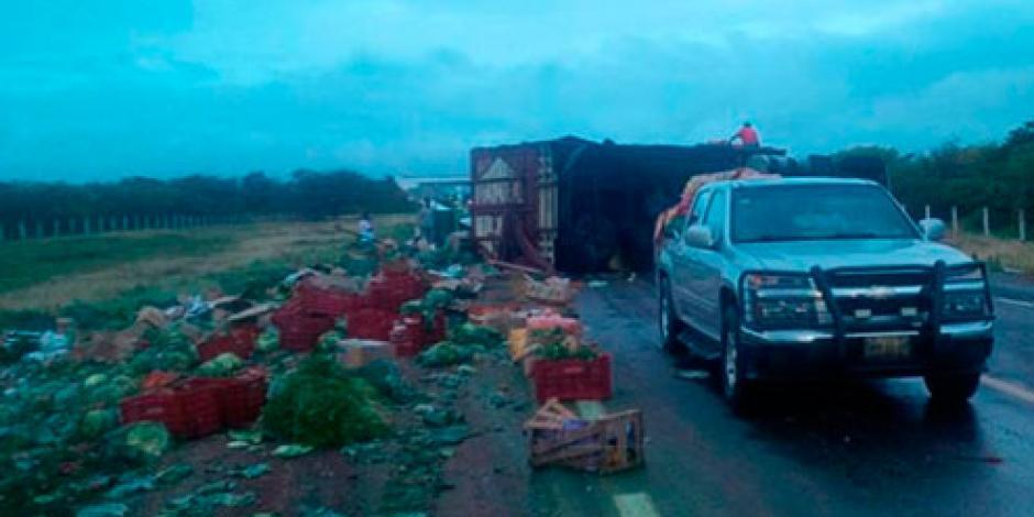Volcadura de tráiler bloquea supercarretera en Oaxaca