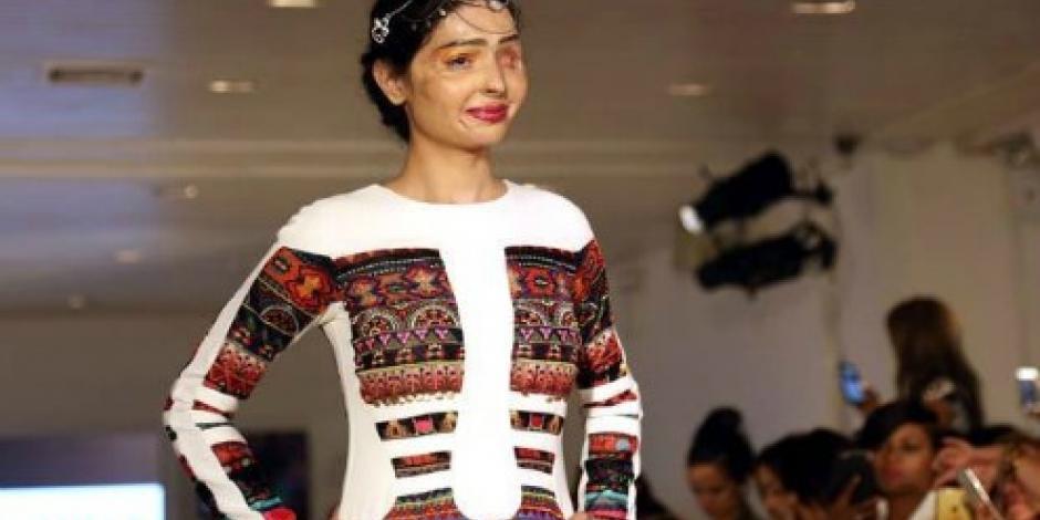 Víctima de ataque con ácido abrió la Semana de la Moda en NY