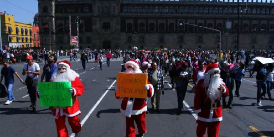 Decenas Santa Claus protestan en inmediaciones del Zócalo