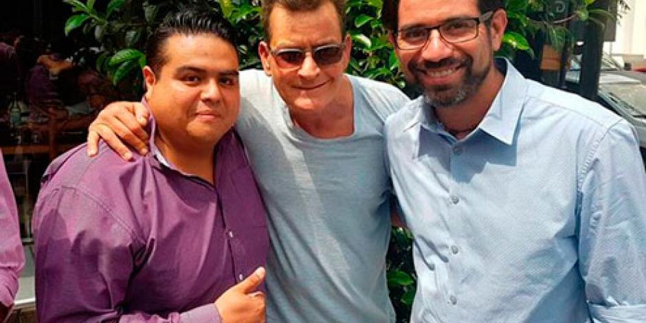 Charlie Sheen pasea por Polanco y se toma fotos con fans