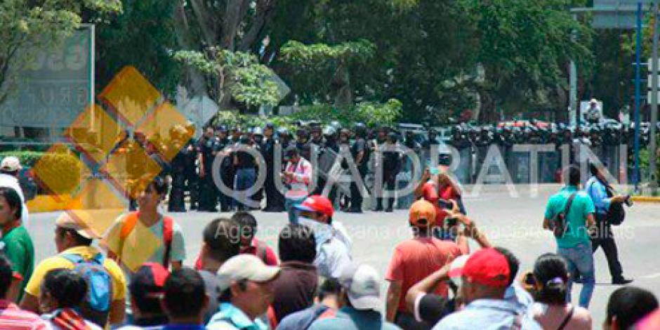 CNTE rodea a policías durante bloqueo en Oaxaca