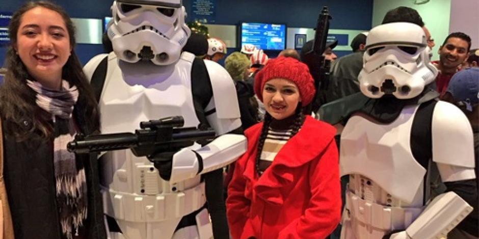 """Fans abarrotan las salas para el estreno de """"Rogue One: A Star Wars"""""""