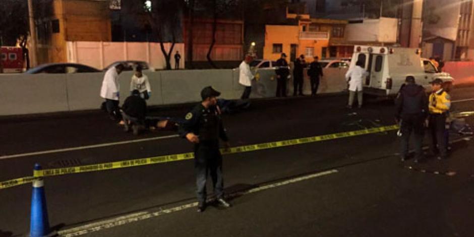 VIDEO: Mueren dos hombres al caer de motocicleta de segundo piso en Periférico