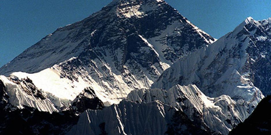 Montañistas llegan a cima del Everest por primera vez en 2 años