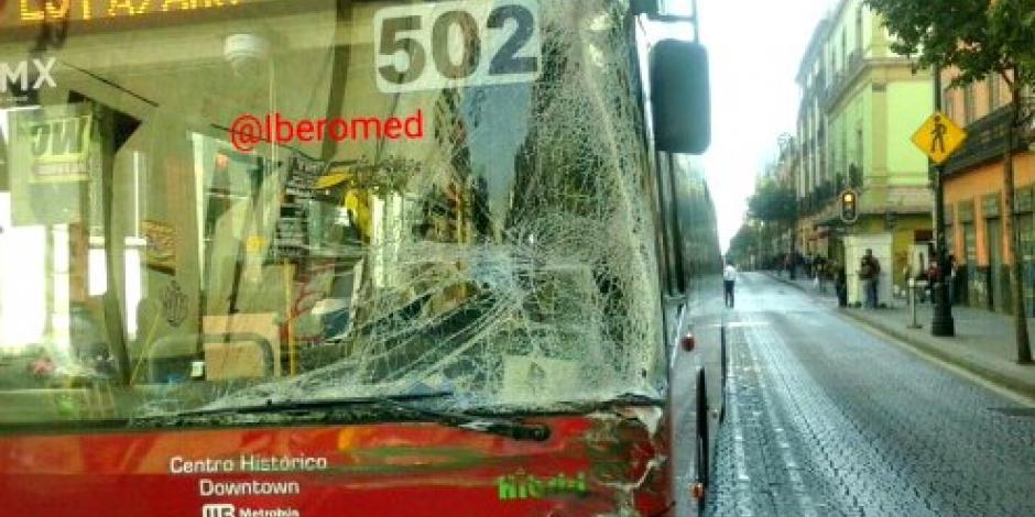 Chocan camión y Metrobús en Centro Histórico del DF
