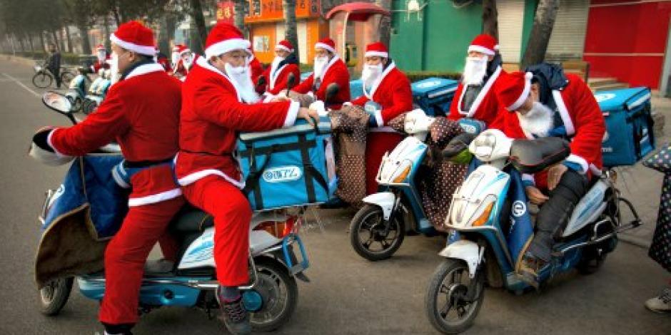 Ayudantes de Santa Claus se pasean por China en motocicleta