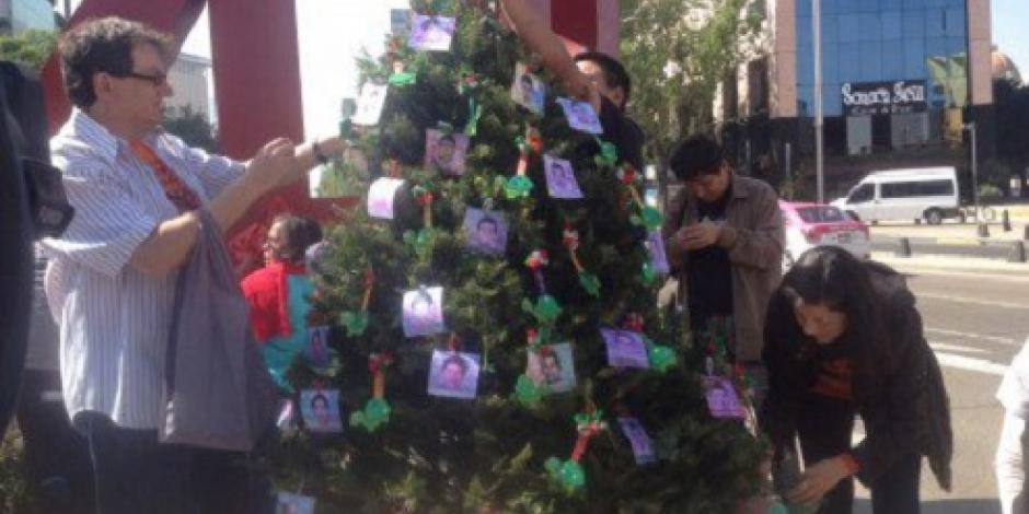 Colocan árbol de Navidad en memoria de los 43 normalistas