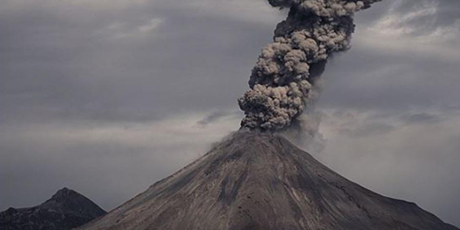 Emite volcán de Colima fumarolas de 2 kilómetros