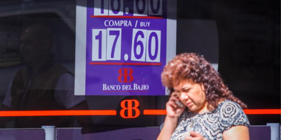 Dólar llega a 17.69 pesos, un nuevo máximo histórico