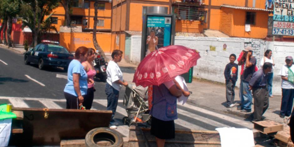 Bloquean vecinos avenida Tláhuac por falta de agua
