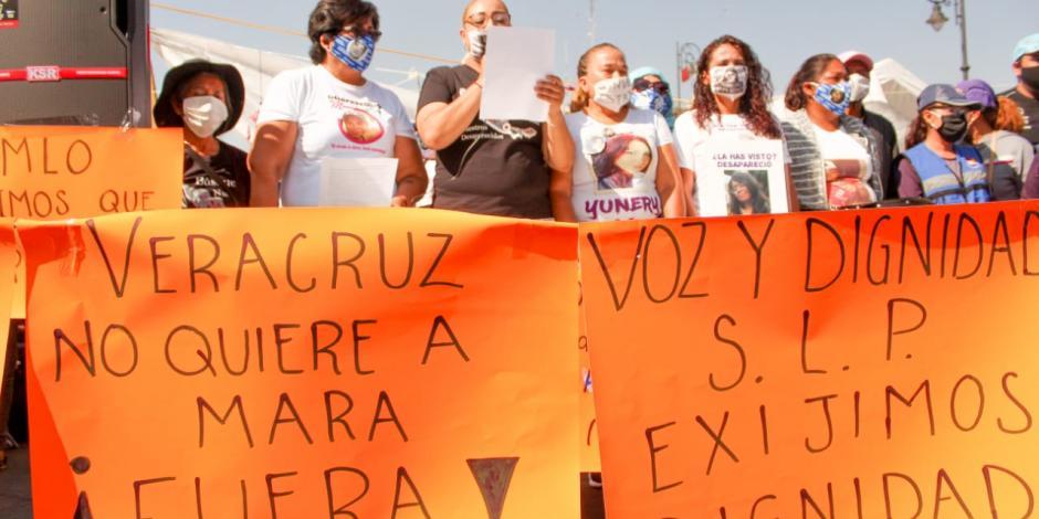Familiares de desaparecidos mantienen campamento en el Zócalo.