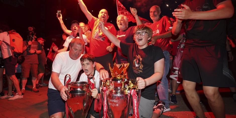 Policía lamenta festejos en Liverpool por título de Premier League, aficionados celebraron a las afueras del estadio Anfield