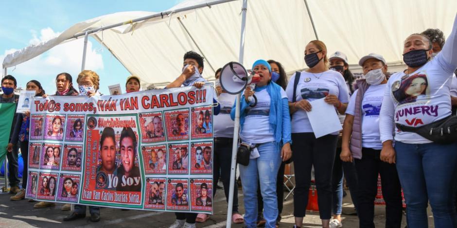Familiares de desaparecidos en el Zócalo