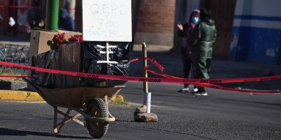 El cadáver de un hombre bloquea una calle en Bolivia