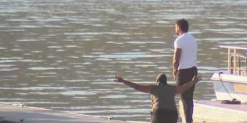 Madre de Naya Riversa se arrodilla frente al Lago Piru, donde desapareció su hija