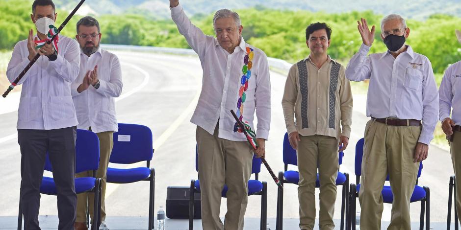 AMLo y Murat supervisan obras en Oaxaca