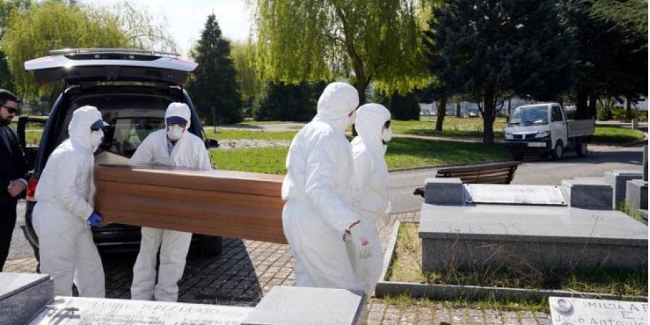 mujer entierro covid