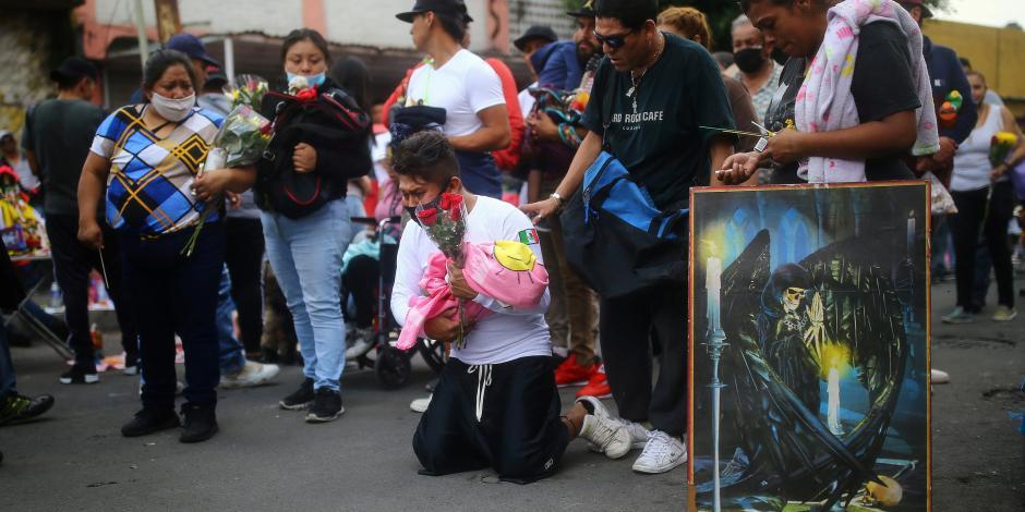 Adoradores de la Santa Muerte usan cubrebocas en Tepito