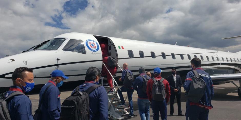 Cruz Azul recibe burlas de su afición luego de presumir viaje en avión  privado