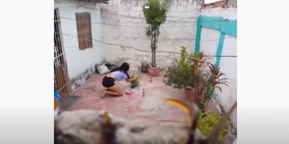 Hombre espía a su vecina
