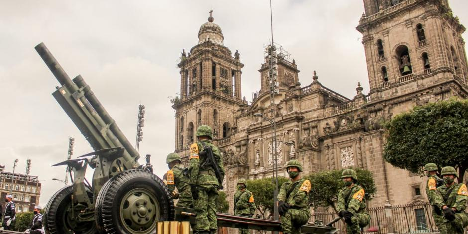 Preparativos de para militar en el Zócalo