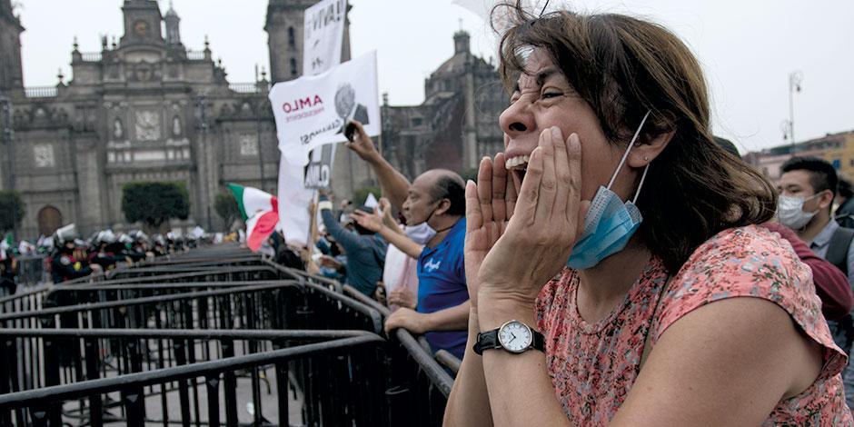 Un grupo de personas externa su apoyo al Presidente, ante el plantón de Frena, el pasado sábado.232