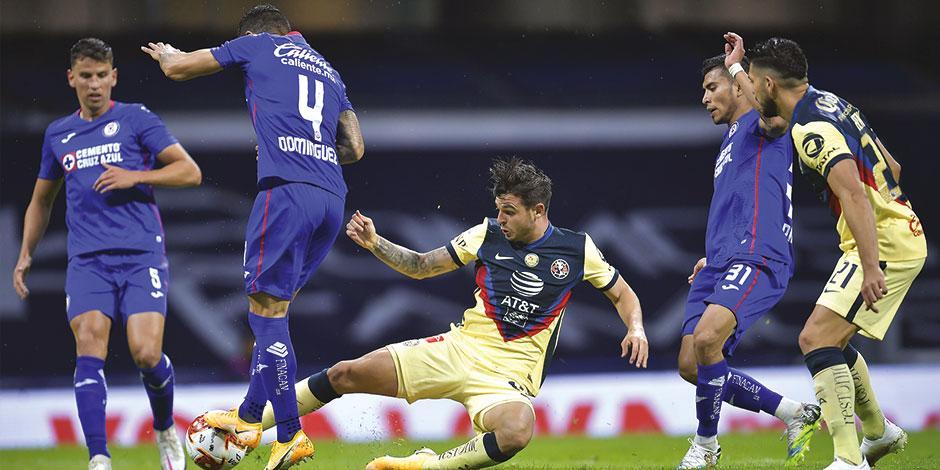 Benedetti pelea una pelota con Domínguez en el área del Azul, ayer.