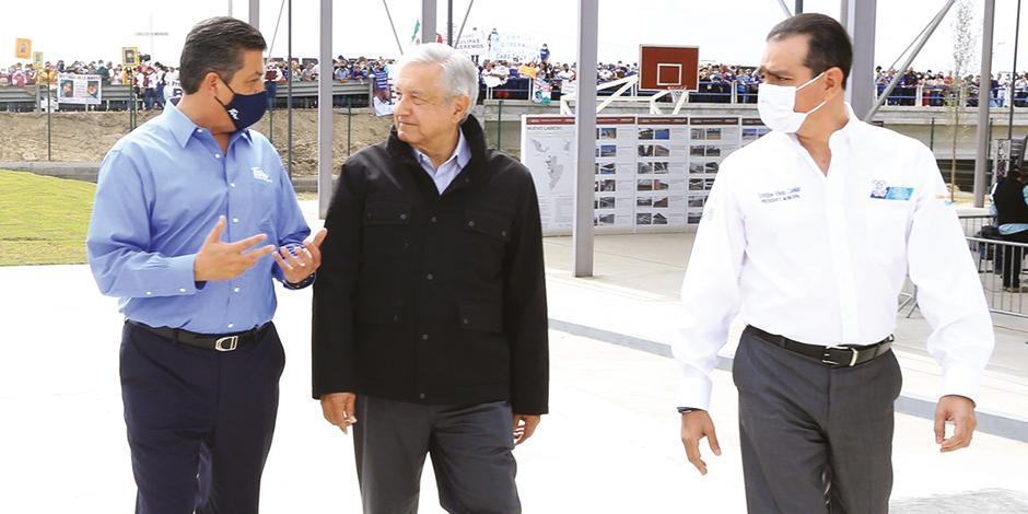 El gobernador Francisco García Cabeza de Vaca dialoga con el Presidente, ayer, durante su visita a la entidad.