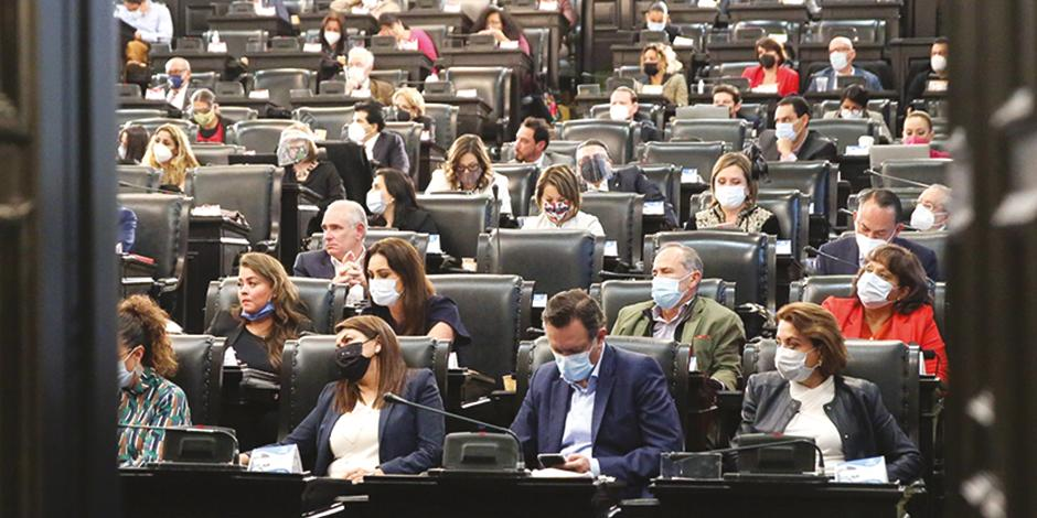 Los senadores tuvieron que sesionar en la antigua sede de Xicoténcatl, debido a que manifestantes les impidieron el paso a la Cámara alta.