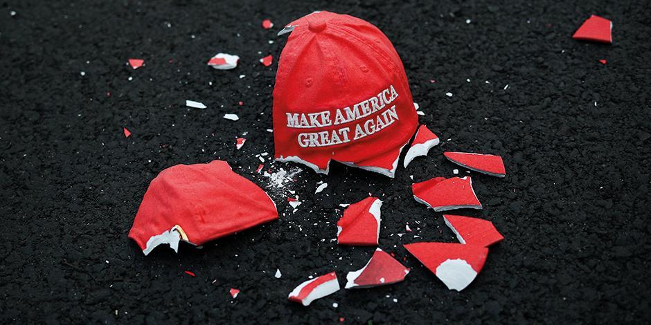 Una gorra destrozada con el lema de la campaña republicana de 2020, en Washington.