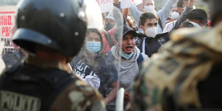 Policía bloquea el paso de manifestantes en Perú
