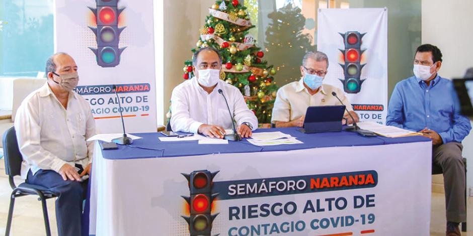 El gobernador Héctor Astudillo (segundo de izq. a der.), en su mensaje a la población, ayer.