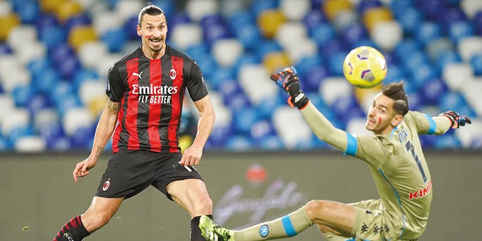 El delantero sueco, en una acción del duelo ante el cuadro napolitano en la Serie A de Italia.