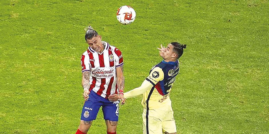 Chicote y Sánches pelean el balón en el último clásico nacional.