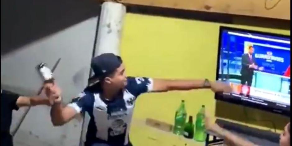 VIDEO: Aficionado de Rayados rompe la televisión luego de caer ante Puebla