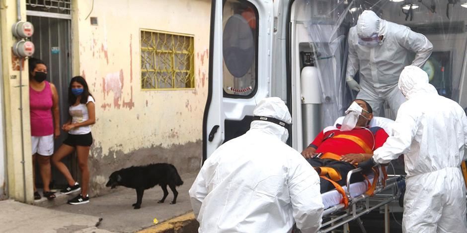 Paramédicos trasladan a paciente con Covid-19 desde Nezahualcóyotl, en agosto.