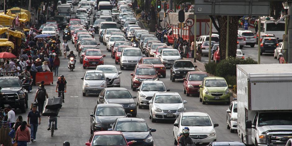 tráfico en la avenida Fray Servando, cruce con Circunvalación, antes del mercado Sonora, el viernes.