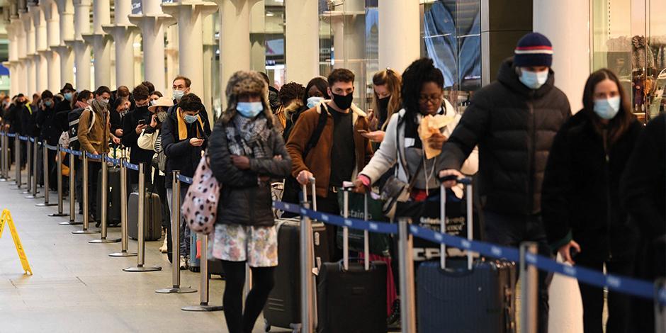 Personas esperan el último tren a París, ayer, para huir de Londres.