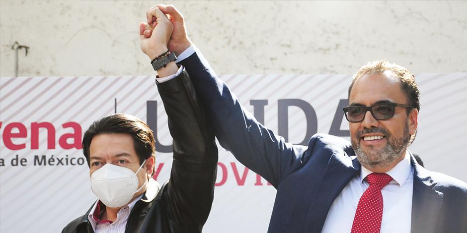 El presidente de Morena, Mario Delgado, levanta la mano del ganador de la encuesta estatal, Juan Carlos Loera.