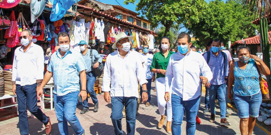 El gobernador Héctor Astudillo (de sombrero) encabeza recorrido en Ixtapa-Zihuatanejo, ayer.