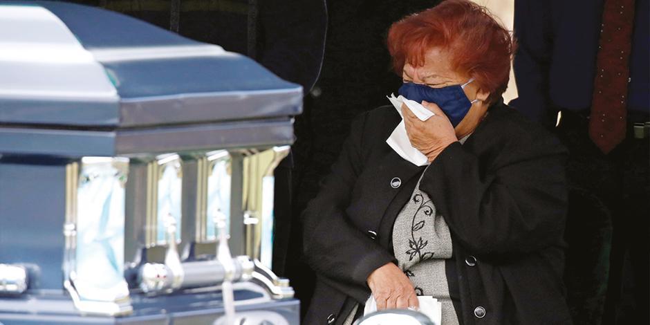 UNA MUJER llora a su esposo después de que murió de la enfermedad de Covid-19 en Colorado, EU.