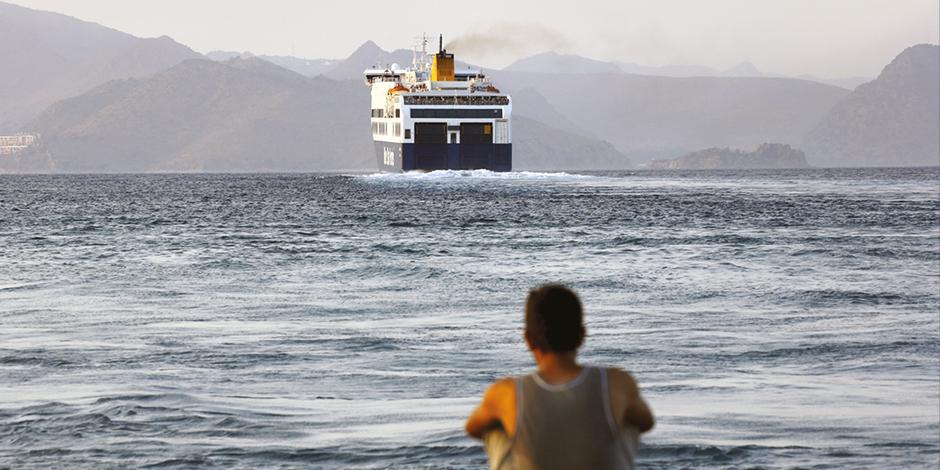 Un migrante de Bangladesh, observa un ferry desde el puerto de Kos, Grecia.