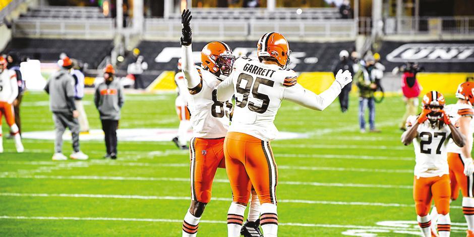Jugadores de los Browns celebran una anotación, ayer.