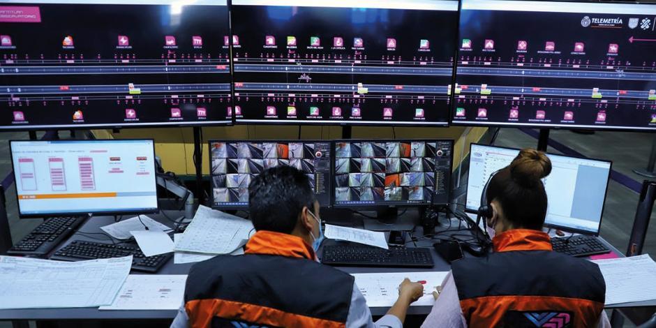 Personal del Metro hace pruebas en el nuevo centro de monitoreo digital.