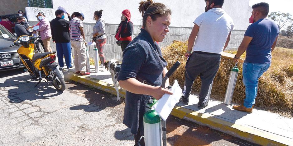 Familiares de pacientes contagiados por el virus hacen fila para rellenar un tanque de oxígeno, el pasado 22 de enero, en el Estado de México.