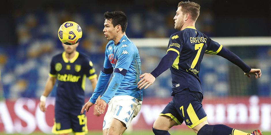 El mexicano controla el balón con el pecho y se perfila a la portería, ayer.