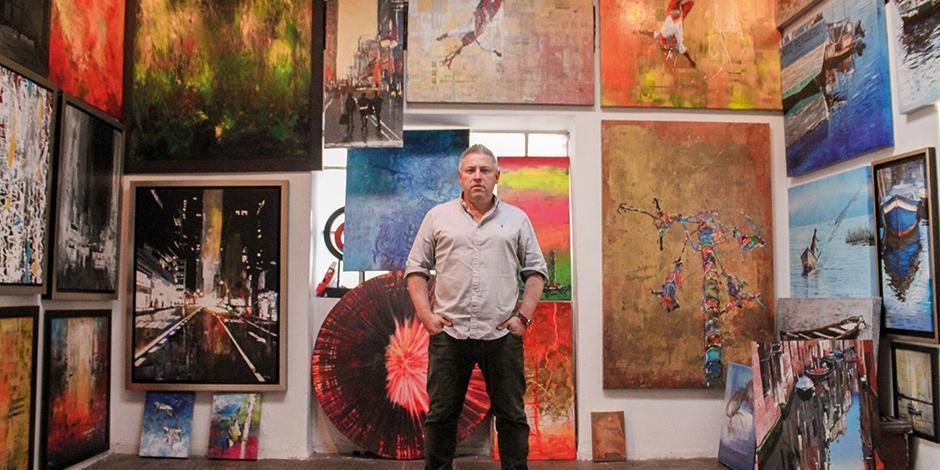 El creadror, posa para La Razón, en su estudio ubicado en Xochimilco.