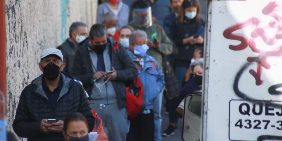 Adultos mayores hacen fila desde las 3 AM para vacunarse en CDMX