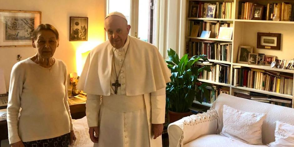 Papa Francisco le da una visita sorpresa a una sobreviviente del Holocausto